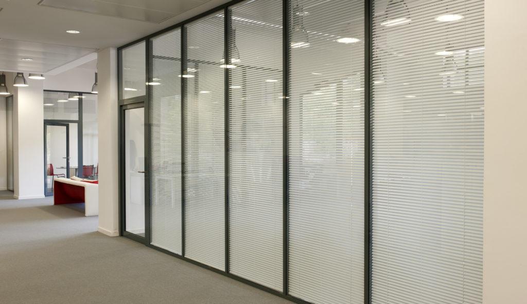 Cloison modulaire de bureau vitrée avec stores vénitiens inclinables intégrés