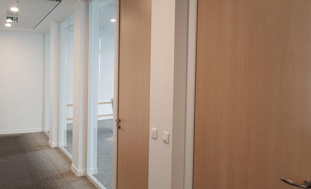 Pose et Installation de cloison vitrée modulaire, film décoratif vitrophanie- Sol PVC et dalles moquette