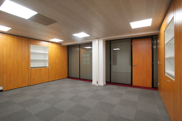 Installation et pose de cloisons bureau : cloisons vitrée et porte cadre aluminium - sols PVC et dalles moquettes de bureau