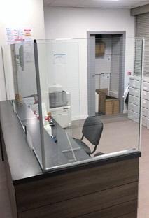 Protection sanitaire vitrée de comptoir d'accueil anti-virus