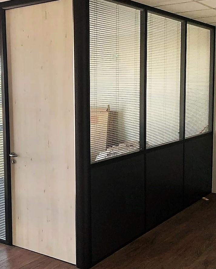 aménagement bureau cloison semi vitrée sur allege.